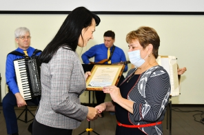 Заместитель мэра г. Омска Елена Русинова вручает награды машиностроителям